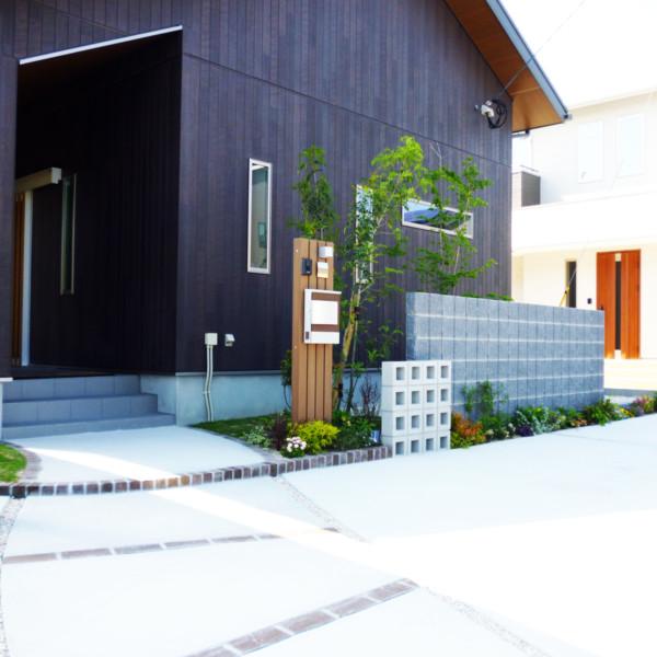 久留米市三潴町木目調のおしゃれな外壁に合うように…外構・植栽工事。
