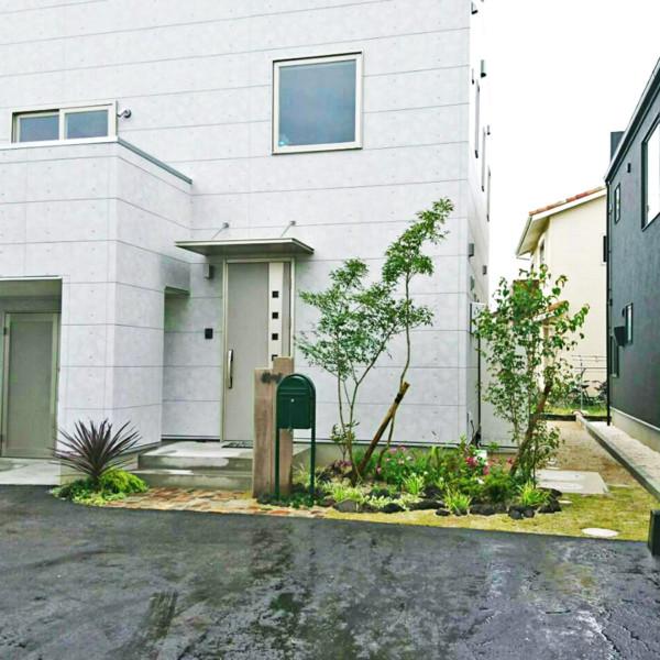 柳川市 M様邸建物に映えるアンティークガーデン