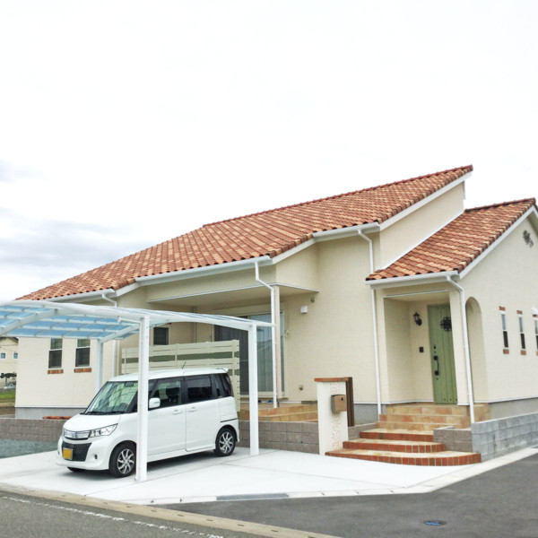 佐賀県三養基郡上峰町オレンジ色の屋根に調和した明るい外構