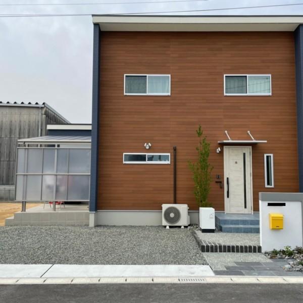 【佐賀市】ブルー×ブラウン 特徴的な建物に合わせた外構【施工事例】